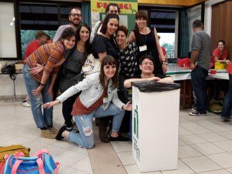 Foto di gruppo finale dei superstiti, con pattumiera.